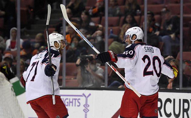 Hokejisté Columbusu Brandon Dubinsky (71) a Brandon Saad (20) se radují z branky proti Anaheimu.