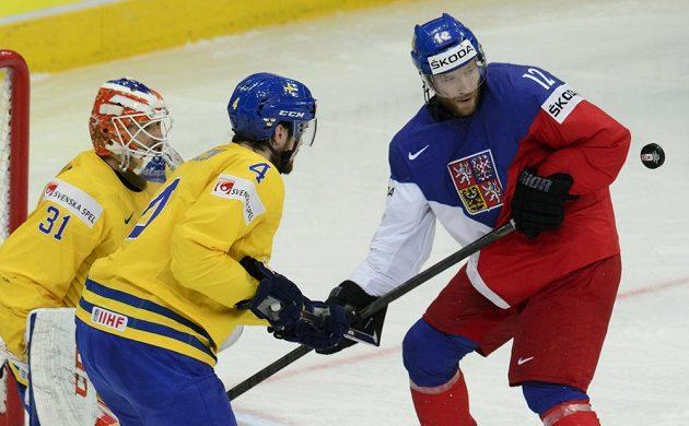 Švédsko-ČR, utkání o třetí místo na mistrovství světa hokejistů. Zleva švédský brankář Anders Nilsson, Tim Erixon ze Švédska a český reprezentant Jiří Novotný bojují o puk.