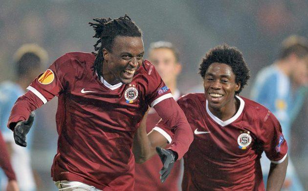 Sparťanský obránce Costa Nhamoinesu (vlevo) a záložník Tiémoko Konaté se radují z gólu.