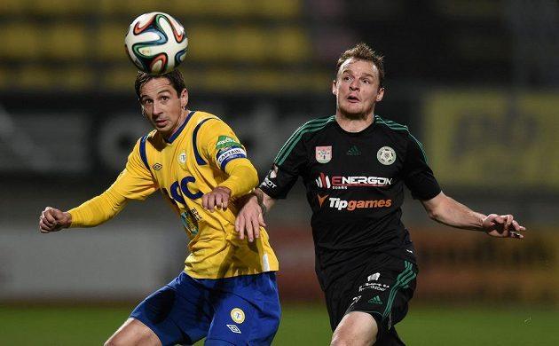 Teplický obránce Milan Matula (vlevo) v souboji o míč s Jakubem Řezníčkem.