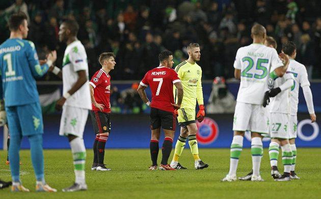 Hráči Wolfsburgu (v bílém) mohli po zápase slavit postup, zatímco David de Gea a Memphis Depay byli zklamaní z toho, že jejich Manchester skončil už ve skupině.