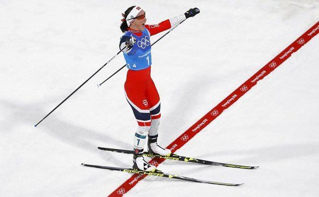 Finišmanka norské ženské štafety Marit Björgenová. Sedmatřicetiletá veteránka získala jako první žena v historii ZOH sedmé zlato.