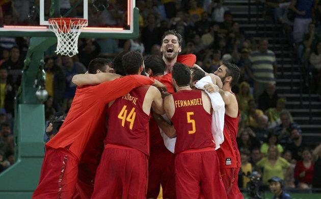 Basketbalisté Španělska se radují z bronzu na olympiádě v Riu.