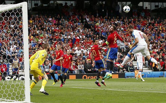 Španělský zadák Sergio Ramos odvrací hlavou míč před Tomášem Sivokem (vpravo).