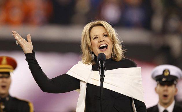 Sopranistce Renee Flemingové připadla role interpretky americké hymny před finále.