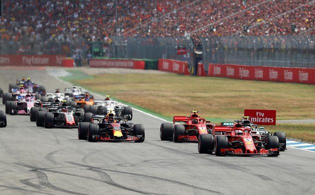 Z prvního místa do Velké ceny Německa formule 1 na okruhu v Hockenheimu vyrazil domácí Sebastian Vettel. Začátek závodu na čele nic nového nepřinesl.