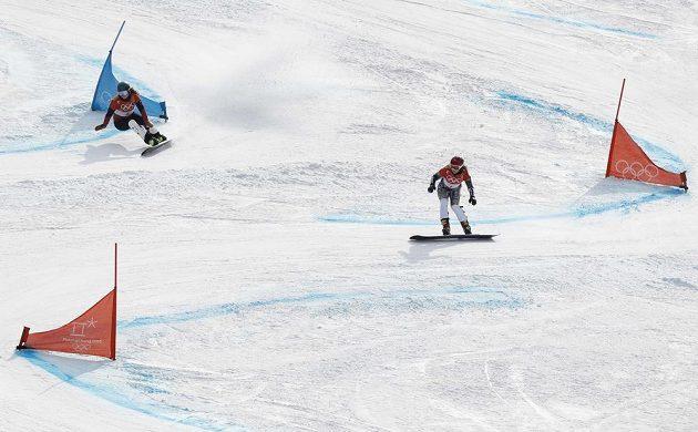 Ester Ledecká (vpravo) na trati osmifinále olympijského závodu v paralelním obřím slalomu společně se Švýcarkou Kummerovou.