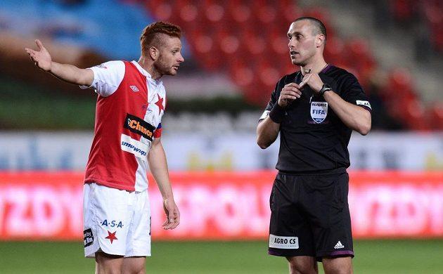 Záložník Slavie Praha Marcel Gecov (vlevo) a rozhodčí Miroslav Zelinka během utkání s Jabloncem.