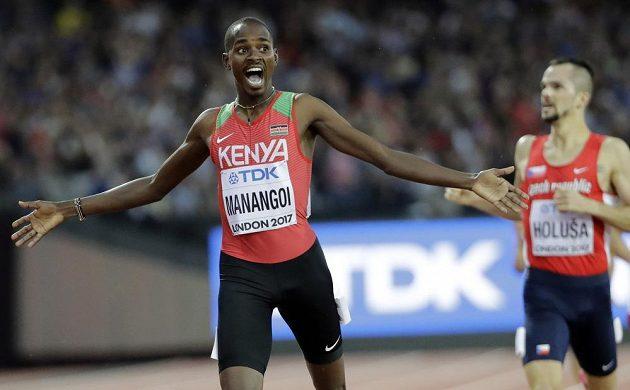 Vítězný Keňan Elijah Manangoi, vzadu Jakub Holuša, který ve finále na 1500 m doběhl pátý.