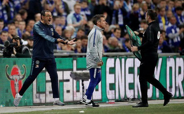 Manažer Chelsea Maurizio Sarri a jeho reakce, kdy odmítl brankář Kepa Arrizabalaga střídat.