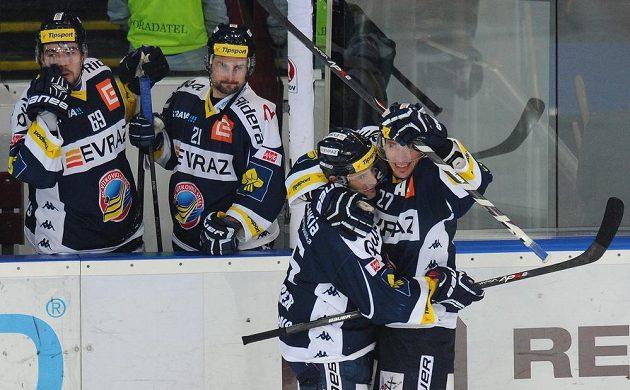 Vítkovický útočník Peter Húževka (druhý zprava) a forvard Jiří Burger se radují z gólu proti pražské Spartě.