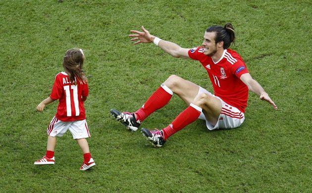 Velšská hvězda Gareth Bale s dcerkou Albou Violet na trávníku v pařížském Parku princů.
