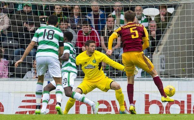 Záložník Marek Hanousek střílí jeden ze svých tří gólů v zápase proti Celticu Glasgow.