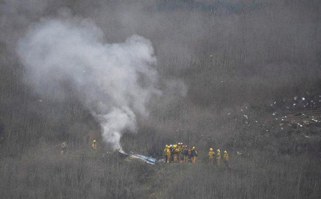 Záchranáři na místě nehody, při níž zahynul Kobe Bryant.