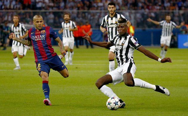 Záložník Juventusu Paul Pogba (vpravo) a obránce Barcelony Dani Alves ve finále Ligy mistrů.