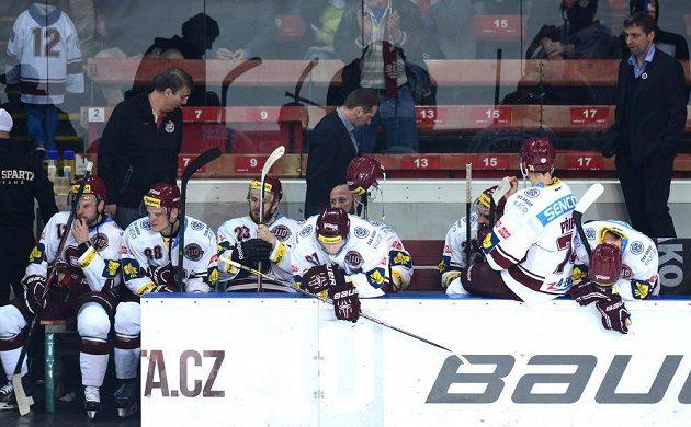 Zklamaní hokejisté Sparty po vyřazení od Komety Brno.