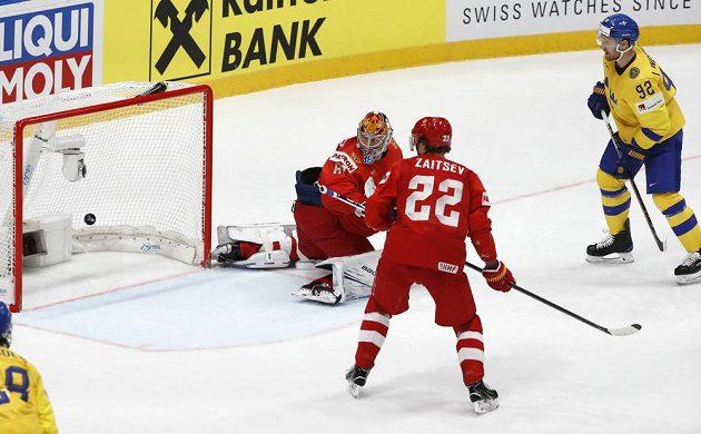 Gabriel Landeskog (vpravo) dává vedoucí gól Švédů proti Rusům.