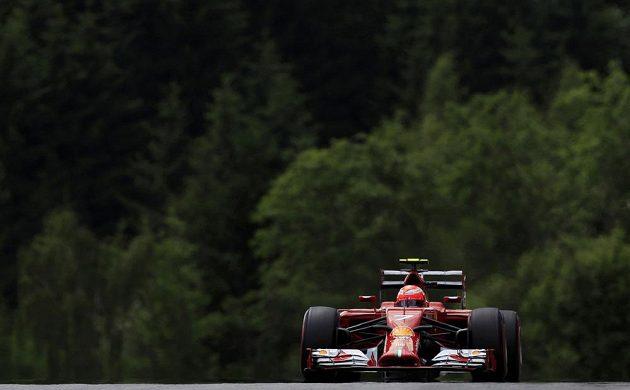 Finský jezdec Kimi Räikkönen ze stáje Ferrari během kvalifikace na VC Rakouska.