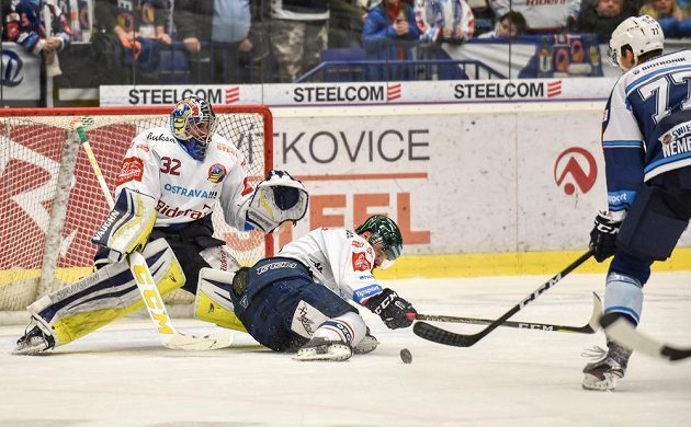 Brankář Vítkovic Patrik Bartošák sleduje, jak se jeho spoluhráč Jan Výtisk vrhá do střely Davida Němečka z Plzně v předkole play off hokejové extraligy.