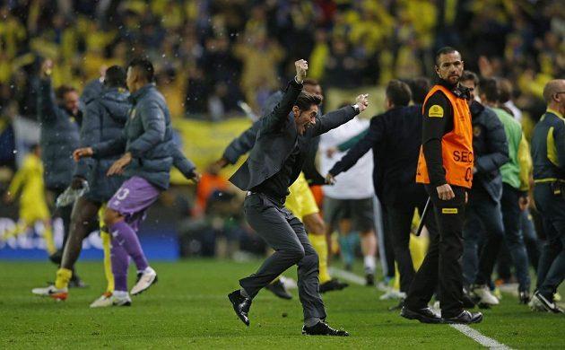 Trenér Villarrealu Marcelino García Toral (vpředu) slaví gól proti Liverpoolu v úvodním semifinálovém duelu Evropské ligy.