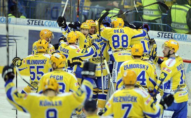 Hokejisté Zlína se radují z postupu do semifinále extraligy.