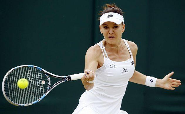 Polská tenistka Agnieszka Radwaňská během utkání s Dominikou Cibulkovou v osmifinále Wimbledonu.