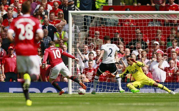 Obránce Tottenhamu Kyle Walker (2) nešťastně tečuje míč před Waynem Rooneym a střílí vlastní gól.