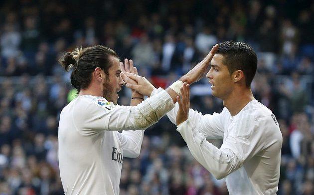 Gareth Bale a Cristiano Ronaldo z Realu Madrid slaví gól do sítě Getafe.
