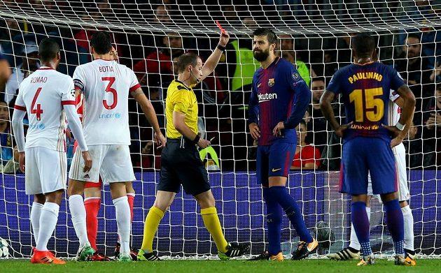 Barcelonský Gerard Pique vidí červenou kartu v utkání Ligy mistrů s Olympiakosem.