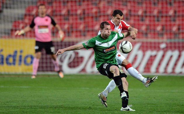 Jablonecký záložník Tomáš Čížek (vpředu) a Martin Dostál ze Slavie Praha během utkání 23. kola Gambrinus ligy.