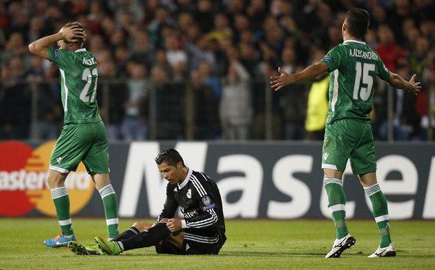Cristiano Ronaldo (na trávníku) zahrával v Sofii hned dva pokutové kopy. Jednou neuspěl, podruhé už trefil přesně.