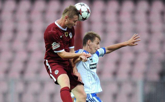 Obránce Sparty Jakub Brabec (vlevo) dává druhý gól hostů v utkání se Znojmem.