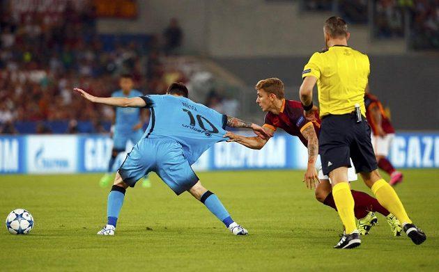 Lucas Digne (vpravo) z AS Řím nedovoleně tahá za dres Lionela Messiho z Barcelony.