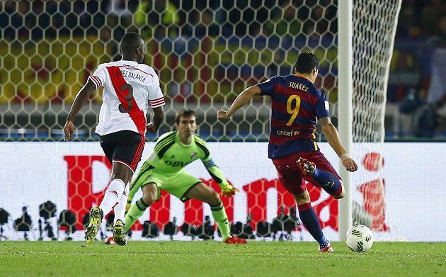 Luis Suárez dává svůj druhý gól ve finále MS klubů proti River Plate.