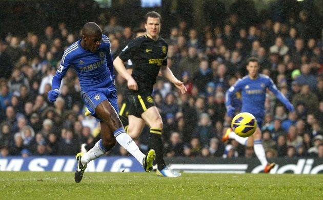 Ramires z Chelsea dává gól Wiganu.
