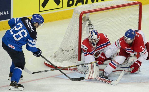 Jarkko Immonen z Finska (vlevo) střílí gól. Uprostřed je brankář českého týmu Alexander Salák, zcela vpravo český reprezentant Jakub Kindl.