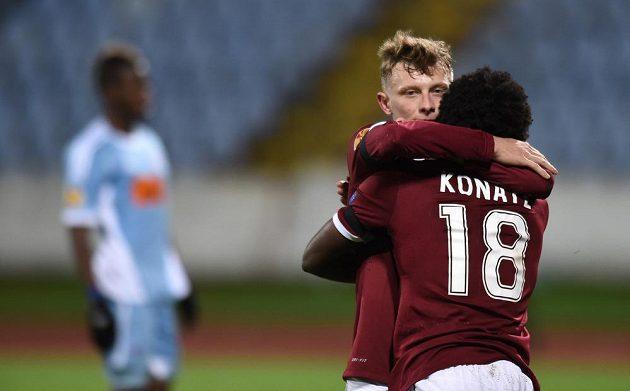 Záložníci Ladislav Krejčí a Tiémoko Konaté se radují z gólu letenského celku v utkání Evropské ligy proti Slovanu Bratislava.