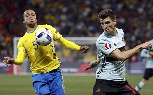 V souboji o míč Švéd Martin Olsson (vlevo) a Thomas Meunier z týmu Belgie.