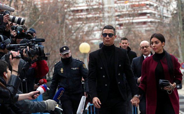Portugalský fotbalista Cristiano Ronaldo u soudu v Madridu přiznal vinu za daňové úniky z doby působení v Realu Madrid.