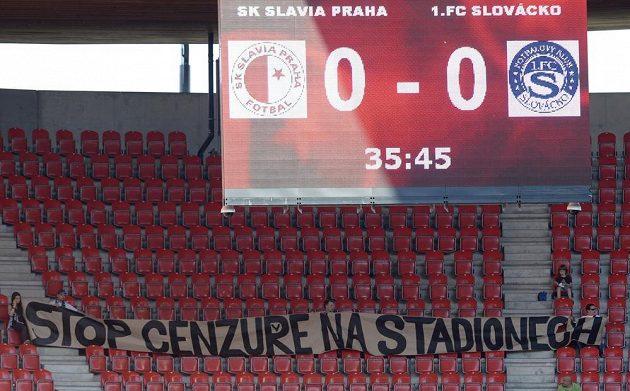 Vylidněný sektor fanoušků Slovácka při utkání na Slavii.