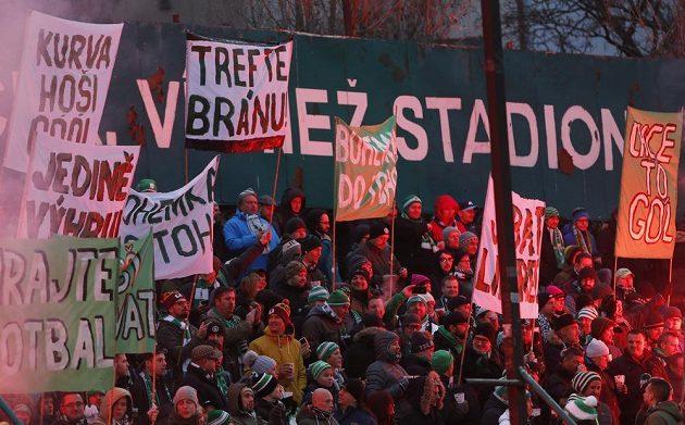 Fanoušci Bohemians si na zápas s Libercem připravili řadu transparentů.