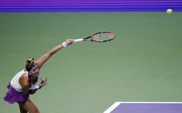 Petra Kvitová servíruje v zápase proti Lucii Šafářové na Turnaji mistryň.