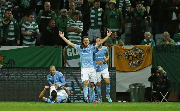 Markus Rosenberg (9) z Malmö slaví vedoucí gól svého týmu v odvetě play off Ligy mistrů proti Celtiku Glasgow.