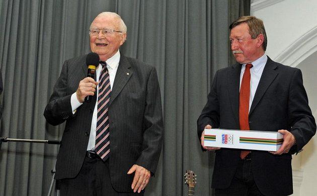 Karel Gut (vlevo) přebírá ocenění z rukou Vladimíra Martince.