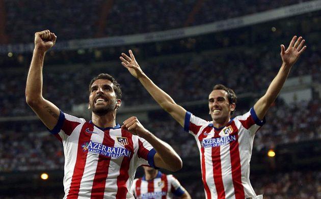 Raúl Garcia (vlevo) a jeho spoluhráč Diego Godín slaví vyrovnávací gól Atlétika na Santiago Bernabéu.