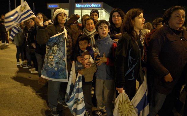 Fanoušci Uruguaye čekají na letišti v Montevideu na přílet fotbalisty Luise Suáreze.