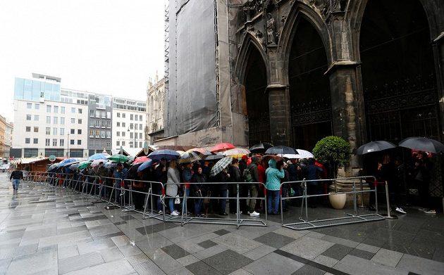 Davy příznivců Nikiho Laudy čekají na vstup do katedrály Sv. Štěpána.