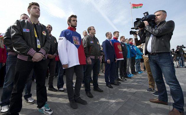 Čeští reprezentanti na slavnostním vyvěšování vlajek účastnických zemí mistrovství světa v ledním hokeji v Minsku.