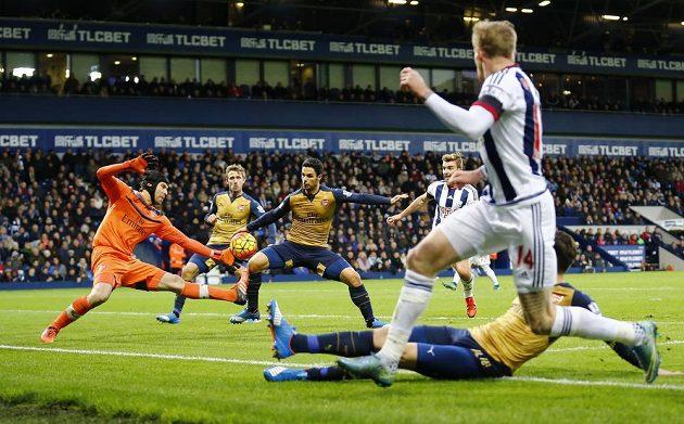 Mikel Arteta z Arsenalu (třetí zleva) si dává vlastní gól v zápase 13. kola Premier League na půdě West Bromwiche. Vlevo je brankář Kanonýrů Petr Čech.