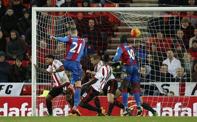 Bum! Takhle dává góly Connor Wickham z týmu Crystal Palace...